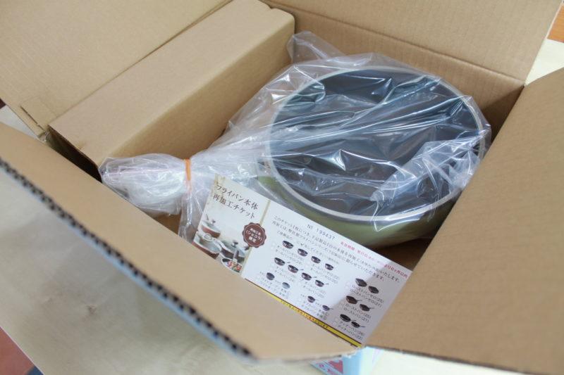 再加工&クリーニングを依頼するオールパンを箱に詰める